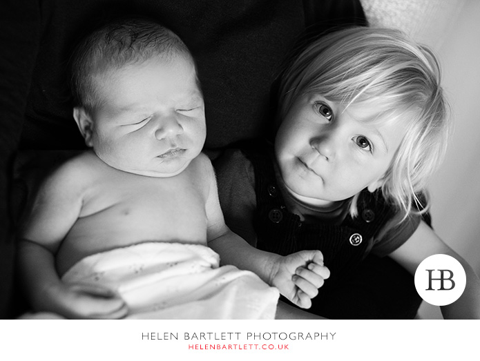 blogImagenewborn-and-family-photographer-siblings-1