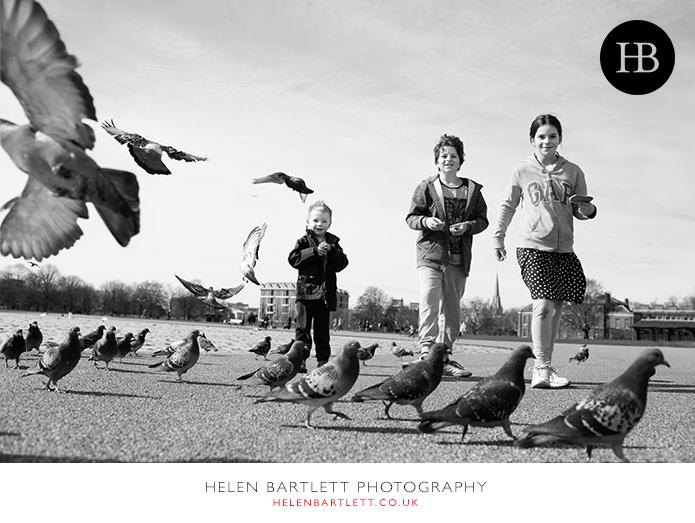 blogImagefeeding-the-birds-kensington-gardens-family-photo-shoot-1