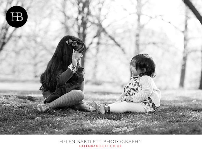 blogImagepeek-a-boo-family-photography-st-james-park-2