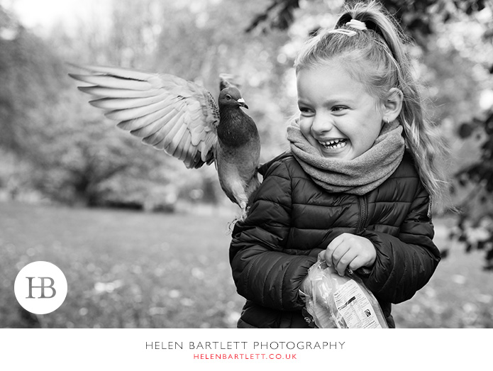 blogImagefeeding-the-pigeons-hyde-park-family-photographer-1