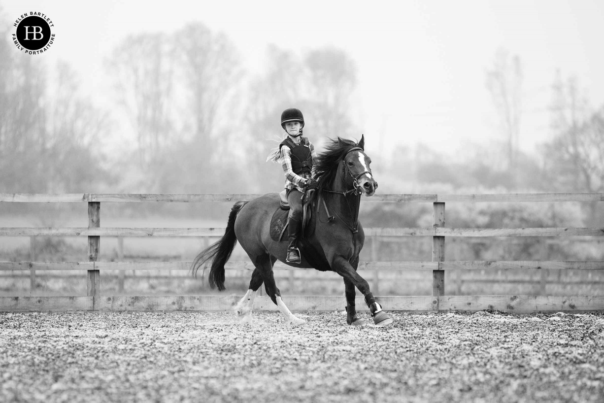 girl-rides-horse-shows-use-zoom-lens-family-photography