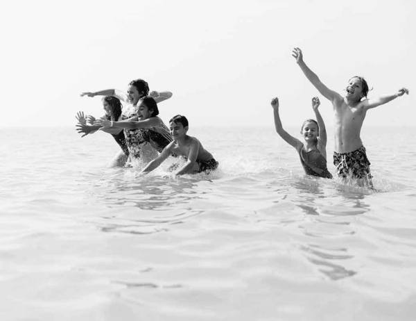 children-play-in-sea-family-photography-angmering