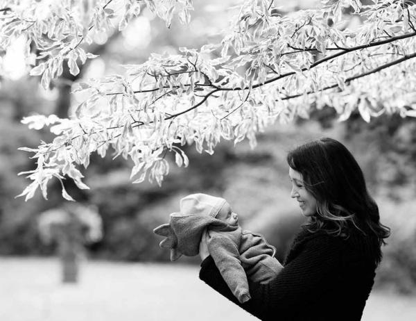 mother-holds-newborn-baby-in-knightsbridge-park